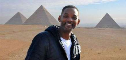 Will Smith with the Pyramids of Giza in the background during his sunrise visit to the Giza Plateau, Egypt 2017 (Al-Ahram)