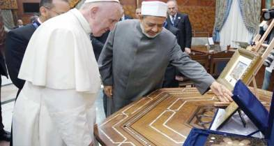 Grand Imam Ahmed El-Tayeb and Pope Francis exchange gifts of friendship in Cairo at Al-Azhar University 2017 (source: Al-Ahram)
