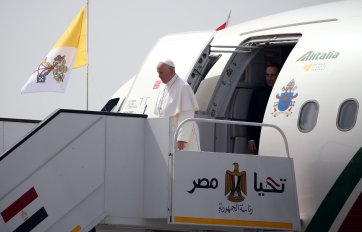 Pope Francis arrives in Cairo, Egypt 2017 (source: Youm7)