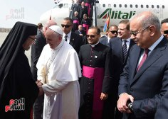 Pope Francis welcomed by Egyptian Catholic Patriarch and the Egyptian prime minister in Cairo, Egypt (source: Youm7)