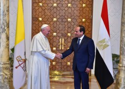President El-Sisi of Egypt welcomes Pope Francis at the Presidential Palace in Cairo (Source: Youm7)