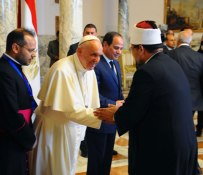 President El-Sisi of Egypt welcomes Pope Francis at the Presidential Palace in Cairo, here seen shaking hands with representatives from Al-Azhar in Egypt (Source: Youm7)