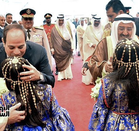 2017-05-07 President El-Sisi Welcomed in Kuwait Airport by Emir Al-Sabah and Kuwaiti Children Youm7 107842