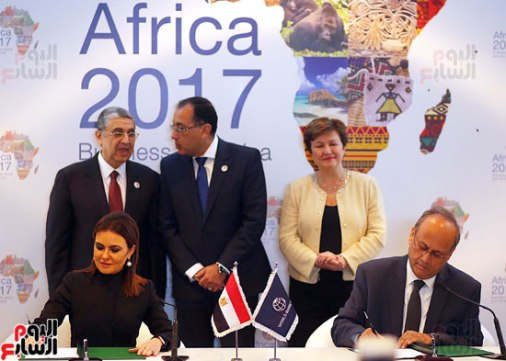 2017-12-10 Egypt Investment minister signs new African project during the Africa 2017 summit in Sharm El-Sheikh Youm7 02