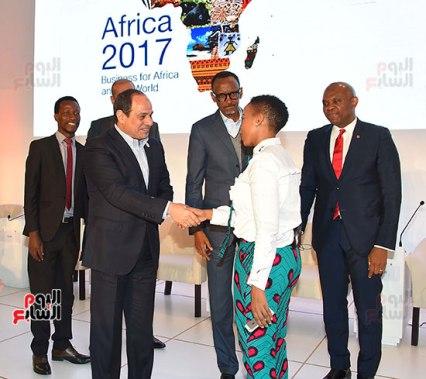 2017-12-10 President El-Sisi and African leaders honour young African leaders and women Africa 2017 summit Youm7 01