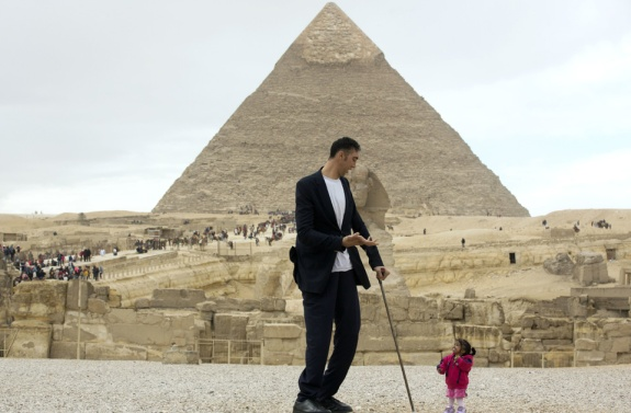 2018-02-04 World tallest man and shortest woman with the Giza Pyramids of Egypt