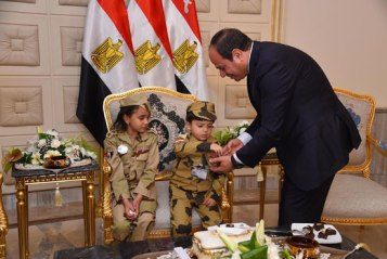 2018-03-16 President Elsisi of Egypt having cake and candy with the kids of the Egyptian army officers Youm7