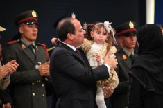 2018-03-16 President Elsisi of Egypt hugging the daughter of the Egyptian army officer 02 Youm7