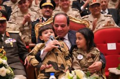 2018-03-16 President Elsisi of Egypt playing with the kids of the Egyptian army officers 02 Youm7