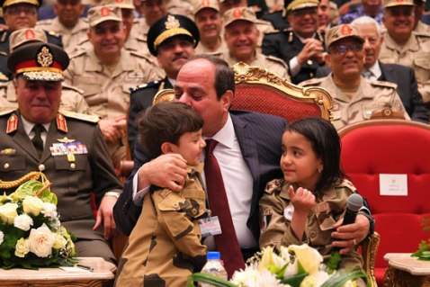 2018-03-16 President Elsisi of Egypt playing with the kids of the Egyptian army officers Youm7