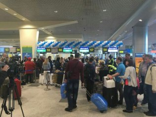 2018-04-14 Passengers boarding EgyptAir flight at Moscow Domodedovo airport