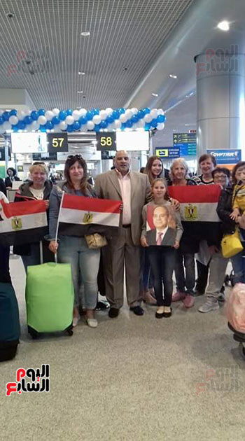 2018-04-14 Russian citizens celebrating with Egypt flag at Moscow airport 2018 - Youm7