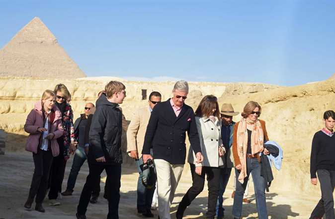 2019-01-14 belgium king and his family in front of giza pyramids egypt 01