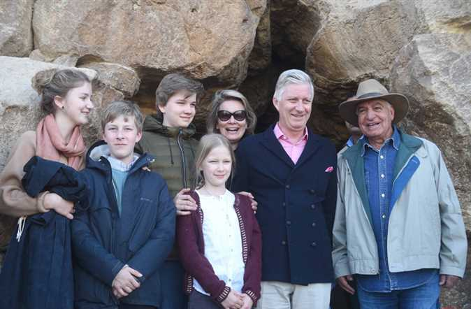2019-01-14 belgium king and his family in front of giza pyramids egypt 02
