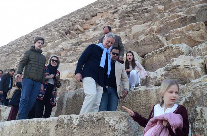 2019-01-14 belgium king and his family in front of giza pyramids egypt 03