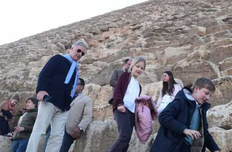 2019-01-14 belgium king and his family in front of giza pyramids egypt 04
