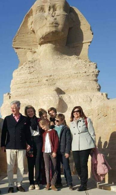 2019-01-14 belgium king and his family in front of great sphinx at the giza pyramids egypt