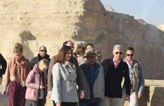 2019-01-14 belgium king and his family in front of great sphinx at the giza pyramids egypt 02