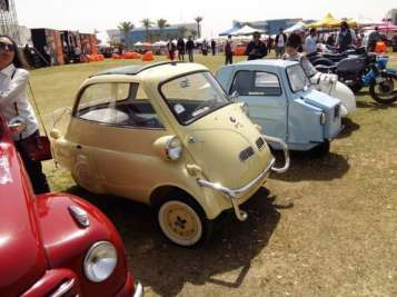 2019-04-03 Egypt Cairo Classic Cars and Vehicles Meetup - Mini BMW with visitors MSN