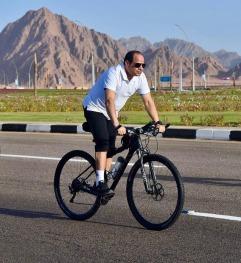 2020-10-09 Egypt president ElSisi on bike at sharm el sheikh