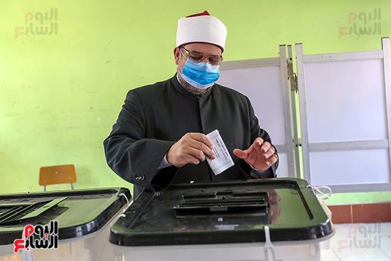 2021-08-29 Egypt Islamic Al-Azhar University Imam casting his vote in Parliament Elections 2020 01