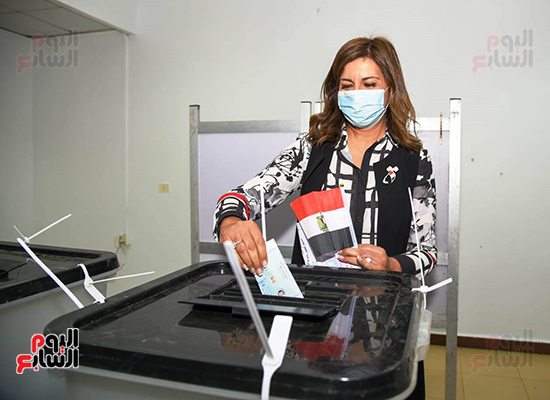 2021-08-29 Egypt Minister of Expatriate Affairs casting her vote in Parliament Elections 2020 01